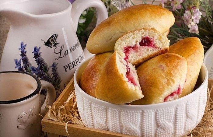 Пирожки с клюквой http://mirpovara.ru/recept/2375-pirojki-s-klyukvoj.html  Пирожки - универсальная выпечка и начинок для нее существует уйма. Здесь представлены пирожки с поле...  Ингредиенты:  Для теста  • Сахар - 50г. • Яйцо - 3шт. • Молоко - 100мл. • Мука - 750г. • Масло растительное - 150мл. • Соль - 1/2ч. л.  Для начинки  • Клюква - 350г. • Сахар - 200г. • Крахмал картофельный - 50г.  Для опары  • Дрожжи сухие быстродействующие - 15г. • Молоко - 200мл.  Для украшения  • Масло сливочное…