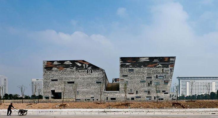 Un'architettura concepita come fosse una montagna artificiale conserva nelle tessiture murali frammenti di storia cinese.