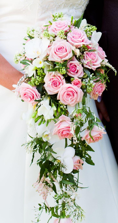 Hängande bukett med rosa och vita/ljusgula rosor är nog min grej.