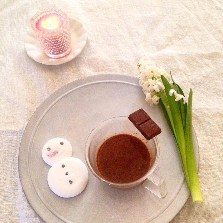 今夜の飲み物  まだまだ寒い夜 ホットミルク割り ホットビターチョコレート スノーマンのマシュマロといっしょに  #今夜の飲み物#ホットチョコレート#ビターチョコ#sunoman#キャンドル#ヒヤシンス#パテスリー