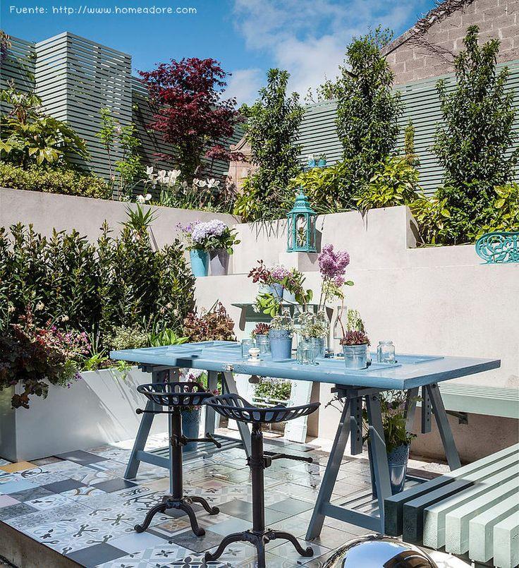 En este patio con múltiples desniveles, se creó un sector para comer al aire libre. Un patchwork de cerámicos delimita el espacio. La mesa se creó a partir de una puerta en desuso.