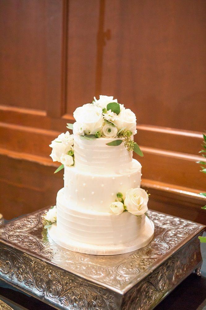 Three Tired Soild White Round Wedding Cake With Piping Freash Rose Decor Drew