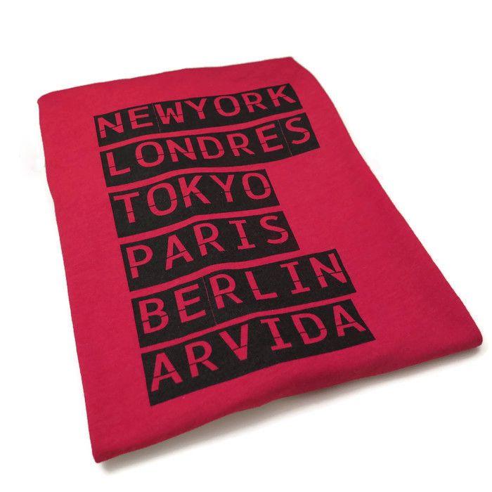 Populaire t-shirt rouge «New York, Londres, Tokyo, Paris, Berlin, ARVIDA».Fait 50% de polyester et 50% de coton, ce chandail est confortable et est exclusif à Twist. Tous les t-shirts Baltrakon sont imprimés à la main par Marc-André, chirurgien textile, à Québec. *Pour quevotre chandail garde une belle qualité, il est préférable de le laver à...  Lire la suite »