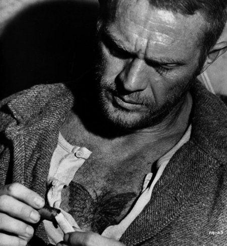 Tatouage sexy pour homme : le papillon sur le torse de Steve McQueen