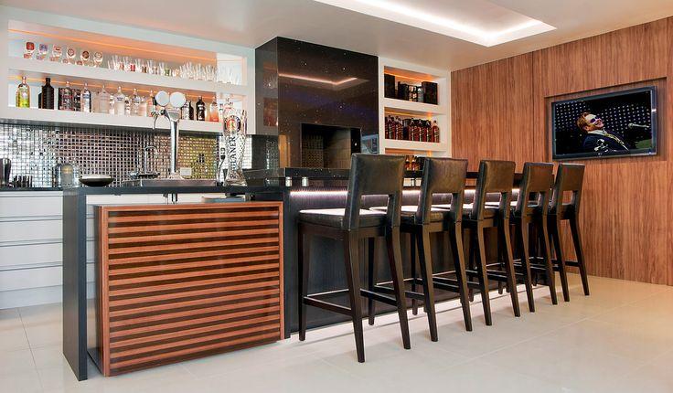 Ex.: bancada pedra com iluminacao LED, estante/cristaleira suspensa em drywall, revestimento da coifa em pedra preta revestimentos: madeira + granito preto + MDF branco