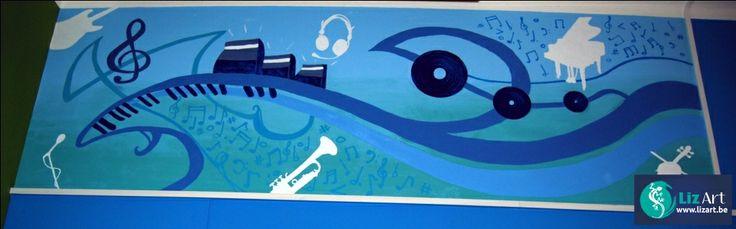 Abstracte muurschildering in de muziekklas