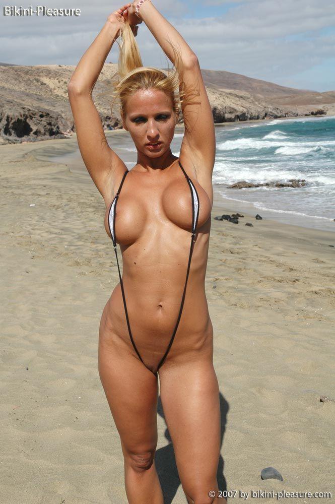 как голая женщина в купальнике вынимает член моего