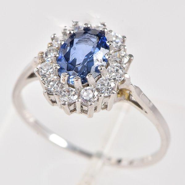 9b67dde4ad9a0 Anel em ouro branco com pedra azul central provavelmente safira e 12  brilhantes la…