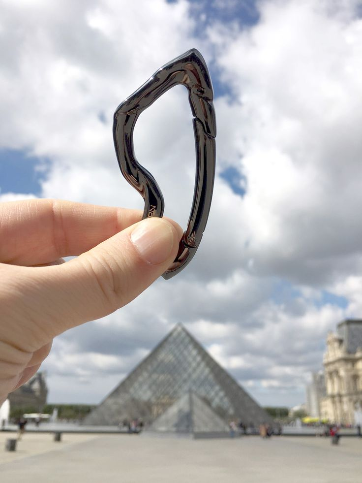 The adventures of Arcus carabiner - Paris, Louvre.  #paris #louvre #travel #edc #outdoors #gear #gadget #traveller #nomad #everydaycarry #edcgear #edccommunity #geartalk #gearbest #gifts #giftsforhim #mensgifts #mensstyle #streetwear #pocketdump #pocket #mensfashion #streetstyleluxe #streetstyle #urbanstyle #jewelryformen #mensjewelry #boyfriendgift #dadgift #carabiner #keychain #urban #urbanstyle #city #gadget #accessoriesformen #mensaccessories