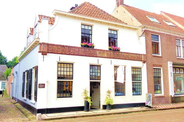 In 1369 schonk de hertog van Gelre de burgers van Elburg een gemeenschappelijke weide, de Mheen. Ingezetenen van de stad kregen het weiderecht. Dit was het recht om vier koeien en twee paarden te laten grazen op de Mheen. De koeien moesten wel met een brandijzer worden gemerkt. Dit brandmerken gebeurde hier voor de deur van de smederij van de familie Stercken in de Bloemstraat. In de voorgevel van het pand is een bijzondere strook siermetselwerk aangebracht.