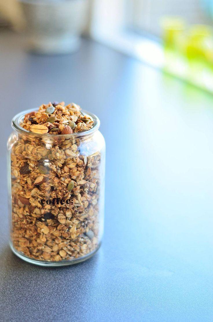 Opskrift på en low-fat vegansk granola med banan og kokos, sødet med tørret frugt og lavet på glutenfri havregryn. Sprød og lækker - perfekt som topping !