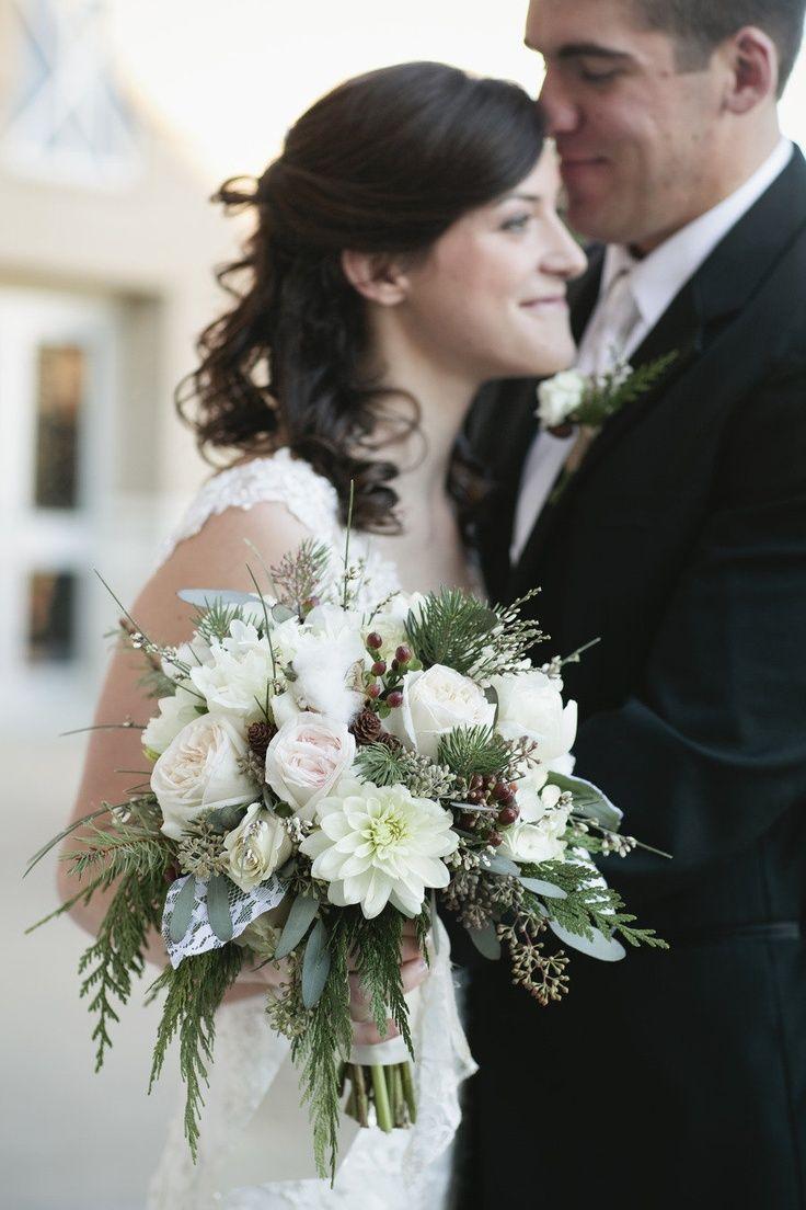 Букет невесты для зимней свадьбы из белых георгин и роз, коричневых