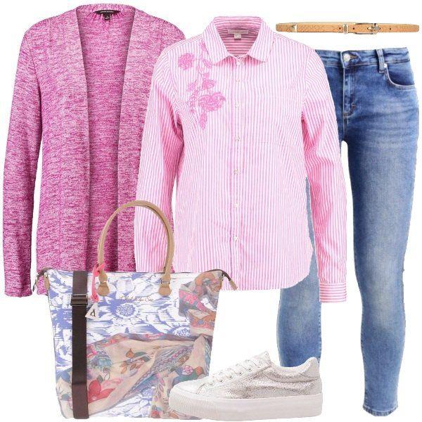 Total look per tutti i giorni formato da un cardigan rosa, una camicia di cotone a righe rosa con fiori ricamati, un paio di jeans slim fit blu slavati, una borsa a mano con fantasia multicolore, un paio di sneakers argentate e per concludere una cintura sottile in fintapelle beige.