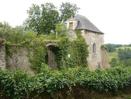 Entree de l ancienne demeure du poete Joachim du Bellay Il naît à la Turmelière vers 1522-1525.