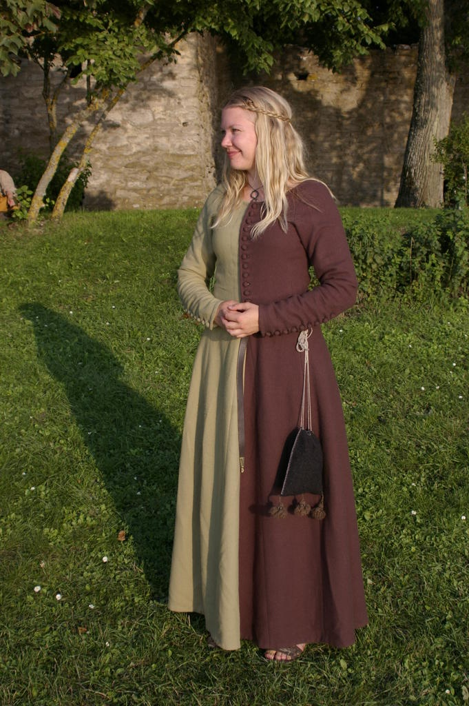 Kristina O, 14th c Miparti dress, from sysidan - imagine in purple & green!