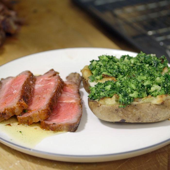 Het vlees staat compleet in de schaduw van de allerlekkerste gevulde aardappels die je ooit hebt gemaakt.