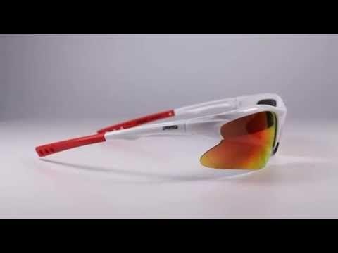 R2 AT050 B napszemüveg (cat. 3, 0). Keretét polikarbonátból készítették. Ez egy rendkívül kemény, hőre lágyuló, könnyű és ütésálló anyag, emiatt gyártják ebből az anyagból a legtöbb sport napszemüveg és síszemüveg keretét. A keret színe: fényes, fekete színű. KATTINTS IDE!