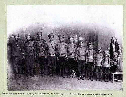 На фото — обычная семья Российской империи.  Урядник Войска Донского Никита Ершёв, его жена и десять сыновей.