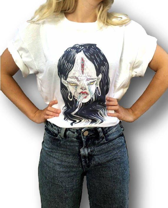 Alien Rihanna T-Shirt  * Der Artikel *  Das Design wurde von uns auf weiche und atmungsaktive Baumwolle T-shirts mit einem hochwertigen Sublimationstechnik in unserer hauseigenen Werkstatt von Hand gedrückt.  Die weißen T-shirts sind auf Earth Positive T-shirts und die graue T-shirts auf Gildan Ultra Cotton gedruckt, sie sind weich, langlebig und in guter Qualität.  Wir bieten standard passen T-shirts für Männer und Frauen oder Dame-Fit T-shirts, die geformt sind, die weibliche Form mit…