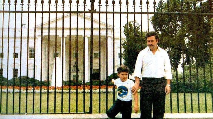 Drug lord Pablo Escobar standing with his son in front of the White House, 1981.