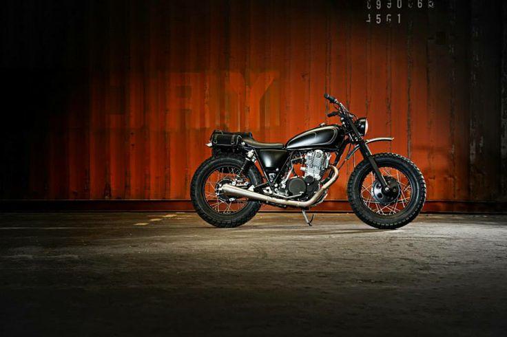 SR400 rappresenta un ritorno ai valori originali del motociclismo, e offre il valore aggiunto dell'orgoglio di possederla. Per questo è pronta a diventare la compagna di una nuova generazione di piloti che sono nati successivamente al debutto della moto, ben 35 anni fa.