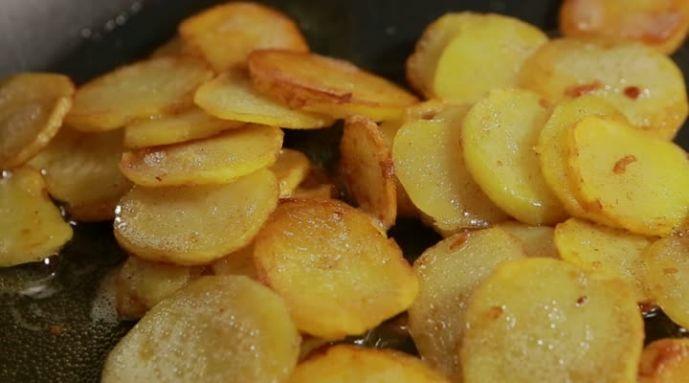 Wil je aardappelen bakken, dan kook je ze na het schillen in water met zout 10 minuten. Giet ze af en laat ze 3 minuten uitdampen met de deksel half op de pan. Je kunt ook geschilde aardappelen uit een zakje gebruiken. Deze moet je enkele minuten langer koken, omdat je ze bewaart in de koelkast en de temperatuur verschilt met verse aardappelen.