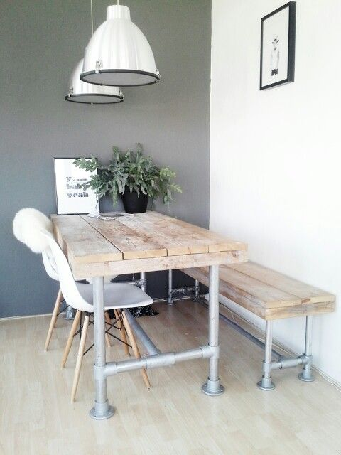 Silla Eames en un comedor industrial con mesas y bancos realizados en caños industriales