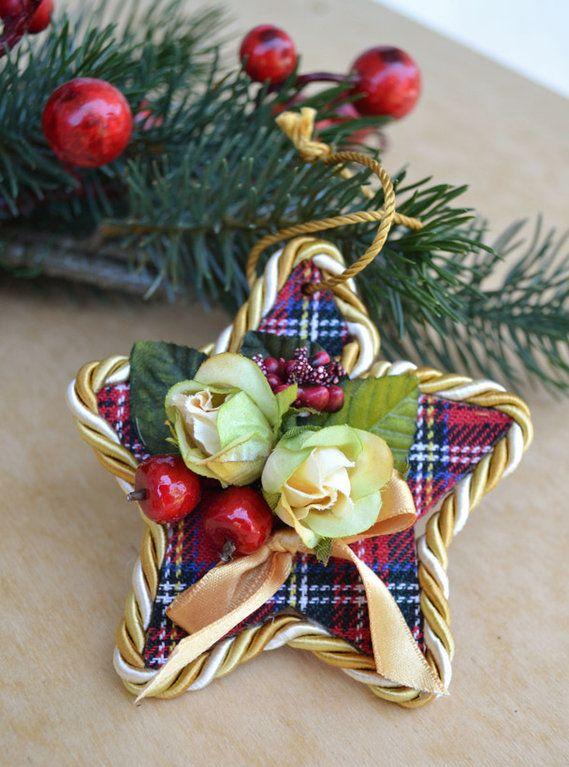 PENDAGLIO - STELLA SCOZZESE - Mod. 02 - PatriziaB.com  La magia del Natale si diffonde in casa grazie ai deliziosi pendagli di legno in stoffa scozzese, roselline dorate e fiocchetti di raso