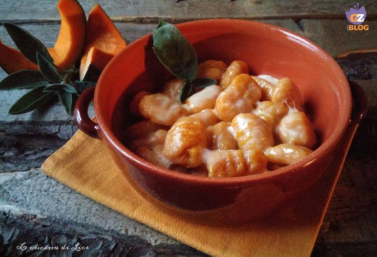 Gli gnocchi di zucca con crema di Montasio sono un ottimo piatto caratterizzato da un buon connubio tra il dolce della zucca e il gustoso del formaggio.