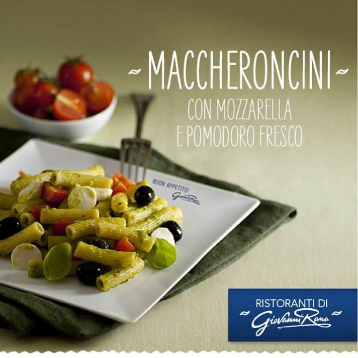 Insalata di pasta maccheroncini, mozzarella, pomodoro e pesto. Un trionfo di colori e sapori tutto da assaporare, forchettata dopo forchettata.