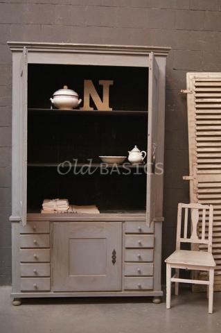 Prachtige oude kast in Zweedse stijl. De kast heeft een mooi oud patina en prachtige kleur. Te koop bij www.old-basics.nl