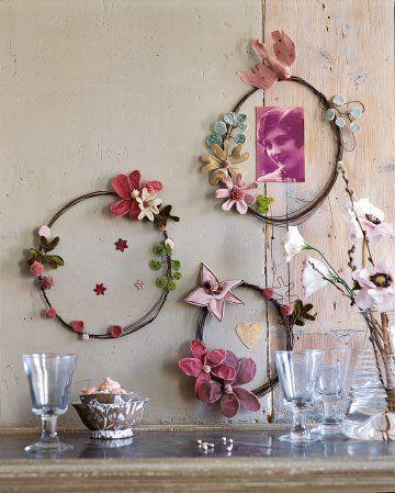 Des cadres photos en fil de fer enroulé et ornés de fleurs en velours