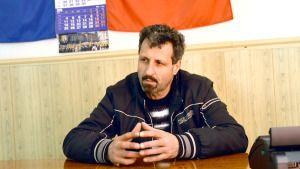 """Mihail Ţiulescu, primarul comunei doljene Dobreşti, vorbeşte cu lacrimi în ochi despre oamenii din localitatea pe care o păstoreşte. Acesta susţine că a găsit comuna într-o stare avansată de degradare şi a încercat să o înfrumuseţeze muncind alături de concetăţenii săi. """"Atunci când pui suflet în ceea ce faci nu e uşor. Mie îmi place […]"""