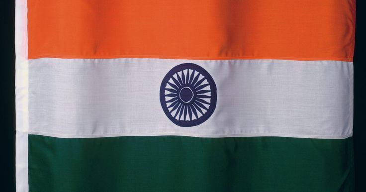 La importancia de los colores en la bandera de la India. La bandera de la India fue diseñada en tres colores, de proporciones iguales. El azafrán está en la parte superior, el blanco en el centro y el verde es la banda inferior. También llamada Tiranga, fue creada durante una reunión de la Asamblea Constituyente el 22 de julio de 1947, a menos de un mes antes de la independencia de la India de Gran ...