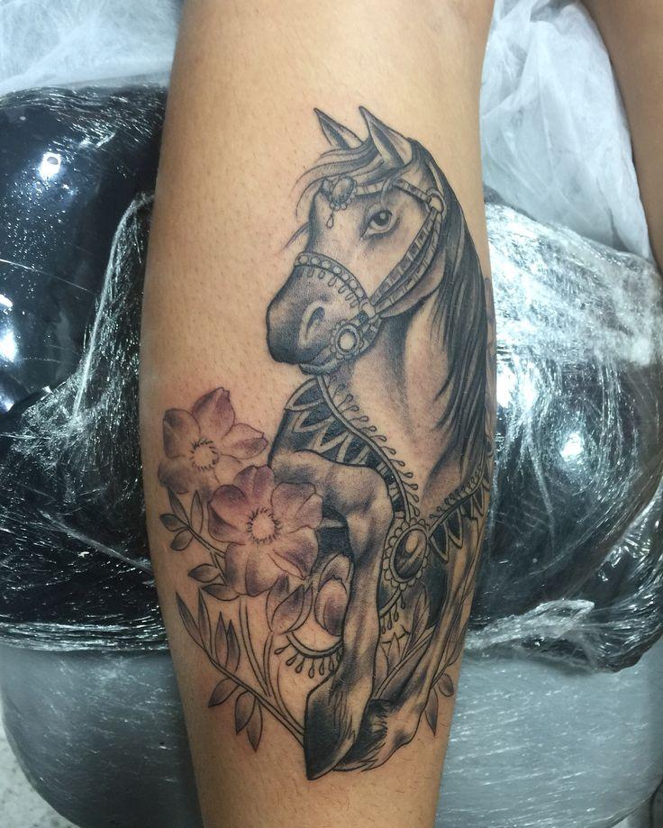 "Terminada ""Tatuagem Perna ""Panturrilha""- Le Atelier  Meaípe #tattoo #leatelier #leateliertattoo #leandroferreira VALORIZE OS TRAÇOS #tattoo #tatuagem #cavalo #tatuagemfeminina #tatuagensfemininas #tattoogirl #tattoogirls #tat #tat2 #tattoohorse #horsetattoo"