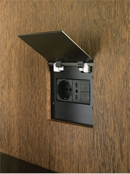 tomada com porta abre e fecha camuflado com o mesmo revestimento da parede