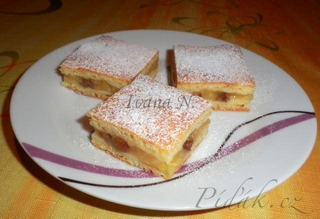 POTŘEBNÉ PŘÍSADY: Těsto: 350 g polohrubé mouky 1 prášek do pečiva špetka soli 250 g měkkého tvarohu 250 g Hery 3 PL cukru krupice 1 vejce Náplň: 6 velkých jablek 3 PL cukru krupice 300 ml vody 1 vanilkový pudinkový prášek hrst rozinek šťáva z ½ citronu POSTUP PŘÍPRAVY: Jablka očistíme a nastrouháme nahrubo.