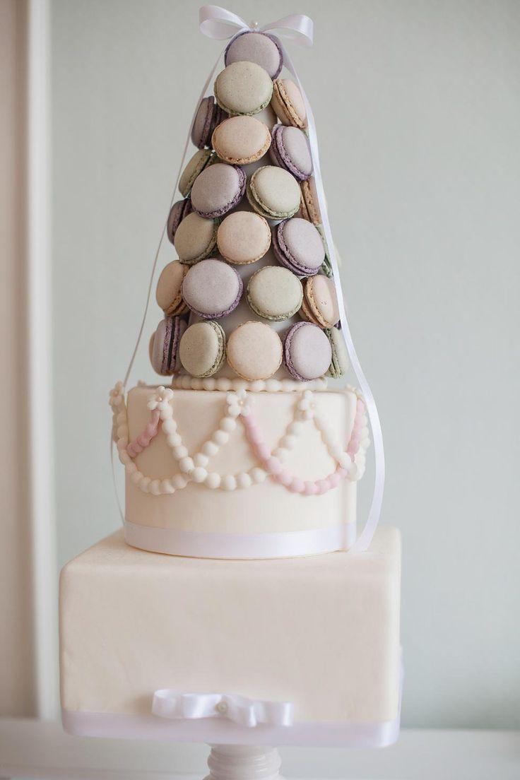Kleine Hochzeitstorte mit aufwendigem Design aus Zuckerperlen und Macarons bei www.weddingstyle.de| Foto: Jane Weber Hochzeitsreportagen | Torte: Vita Provitina – Cakes & Events