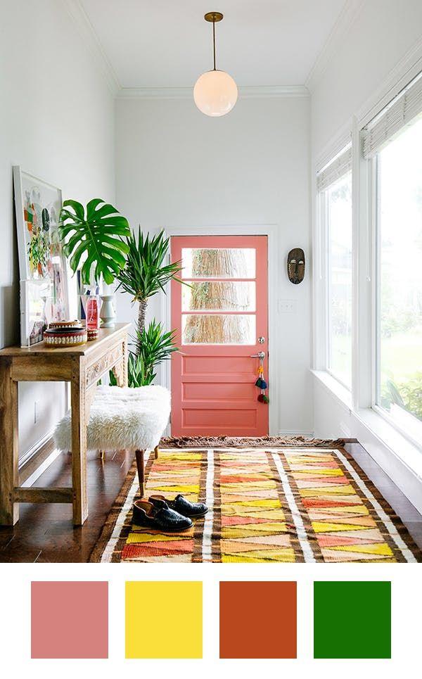 Hall de entrada com paleta de cor colorida, porta de entrada salmão, tapete c -> Decoracao Banheiro Salmao