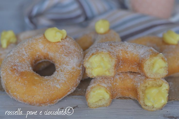 Le Ciambelle alla crema impasto a mano veloce soffice e subito pronto sono perfette per la colazione ma anche per la merenda! Provatele!