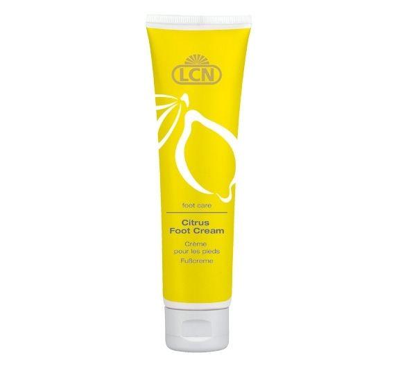 LCN Citrus Foot Cream Deze verfrissende citrus voetcrème verzorgt en voedt met uitzonderlijke ingrediënten. Citroengras en citroenolie verlenen deze voetcrème een aangename geur. Avocado-olie en dexpanthenol maken de huid weer zacht en soepel.