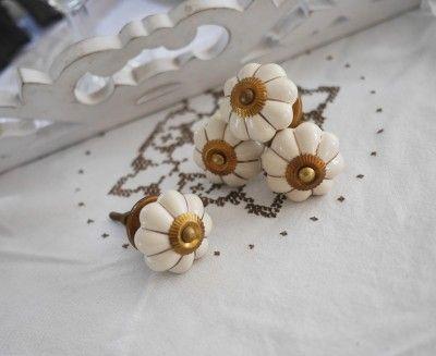 Cream vit porslins knopp med guld detaljer