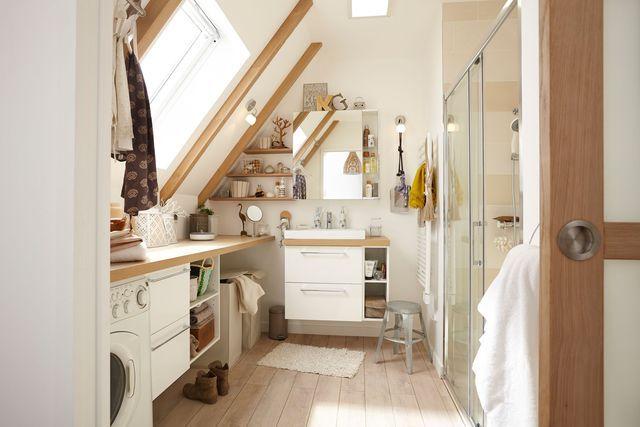 Préférer des portes coulissantes pour ne pas perdre de précieux mètres carrés dans une petite salle de bains sous les toits.