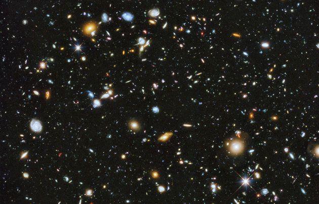 Αυτή η πολύχρωμη εικόνα από το βαθύ διάστημα που καταγράφηκε από το διαστημικό τηλεσκόπιο Hubble ...