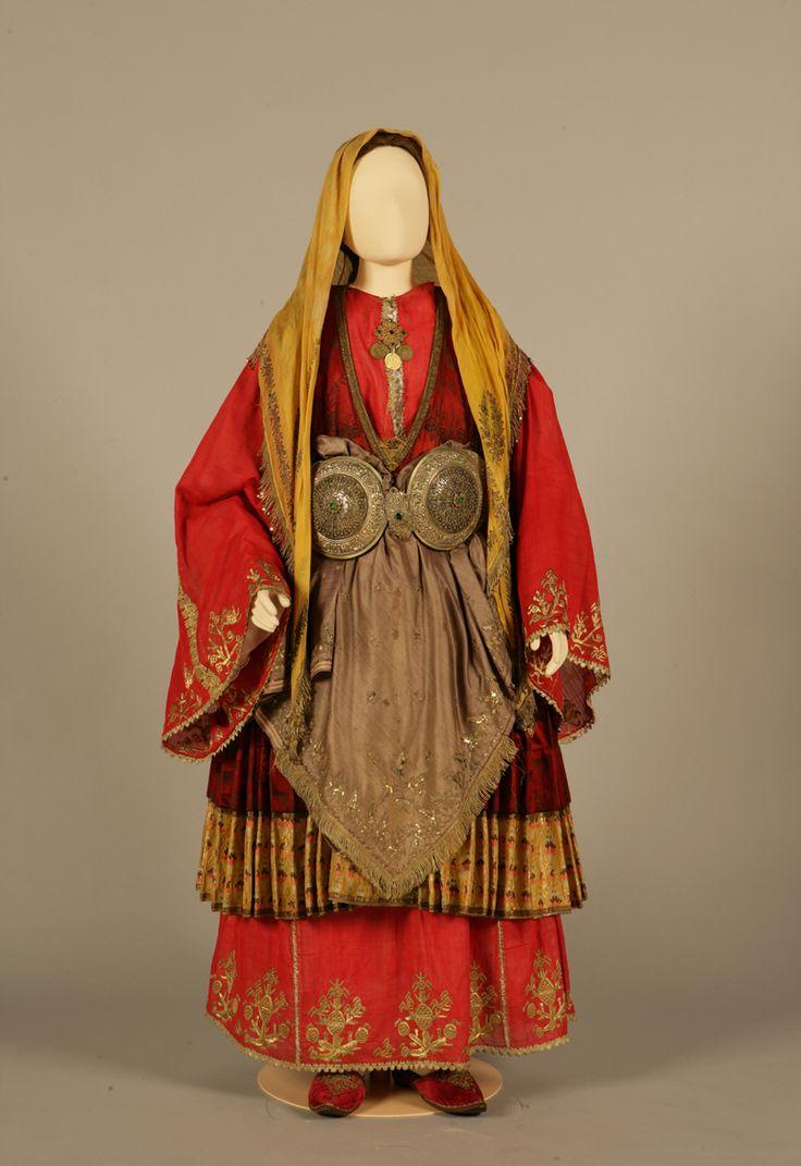 Νυφική φορεσιά από το Τρίκερι Μαγνησίας, Θεσσαλία. Αρχές 20ού αιώνα. Συλλογή Πελοποννησιακού Λαογραφικού Ιδρύματος, Ναύπλιο. Bridal costume from Trikeri, Magnesia, Thessaly. Early 20th century. Peloponnesian Folklore Foundation Collection, Nafplion