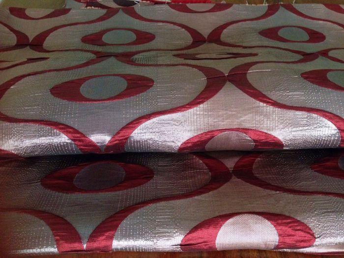 5.80 m van damast weefsel versierd met een optische patroon in rood en zilver kleuren - Italië 20e eeuw  5.80 meter van een zeldzame vintage damast weefsel met optische patroon gemaakt in Italië in de 20e eeuw. Zware en zeer mooi.Geschikt voor stoffering en gordijnen voor omgevingen met vintage-stijlOnderwerpen in rode Bourgogne en zilverDe achtergrondkleur toont enkele rode blended verticale strepen van verschillende grootte voor een verbeterde driedimensionaal effect.De rode Bourgogne…