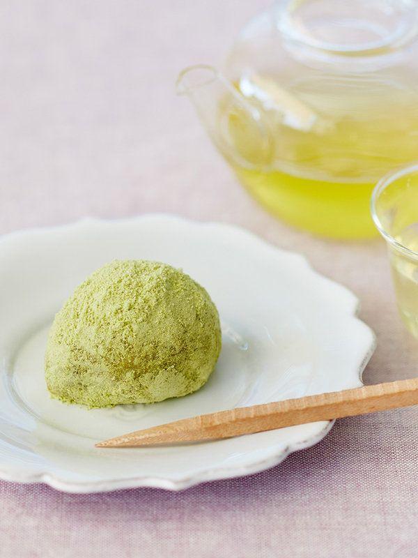 """Recipe : うぐいす餅/""""春告げ鳥""""と呼ばれるうぐいすをかたどった、愛らしい早春の和菓子。きれいな緑色のうぐいす粉は、青大豆から作った天然色のきな粉。つぶあんを使えばシンプルなレシピに。"""