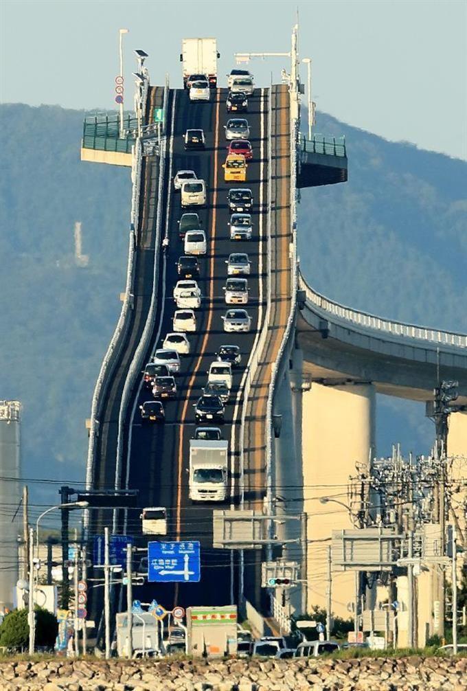 超望遠レンズで見た江島大橋。壁のような路面に自動車がはり付いていた=島根県松江市(古厩正樹撮影) #江島大橋