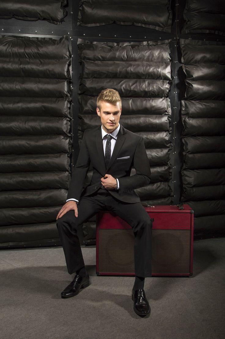 Czarny garnitur na studniówkę marki Giacomo Conti Marco 2 A166/13P