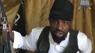 """Boko Haram, cuyo nombre significa """"la educación occidental es un pecado"""", fue fundado en 2002 y en el último lustro ha desatado una campaña de violencia sostenida con el objetivo de derrocar al gobierno y establecer un Estado islámico. El grupo promueve una versión del Islam que prohíbe a los musulmanes participar en cualquier actividad asociada con Occidente. Esto incluye votar en elecciones, vestir camisas y pantalones y recibir una educación no islámica."""